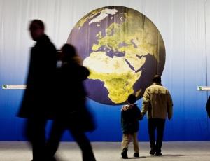 Visitantes observam imagem da Terra durante a Conferência do clima da ONU, em Poznan (Polônia)