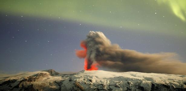 Lava e cinzas explodem do vulcão islandês Eyjafjallajökull no início da manhã do dia 23 de abril