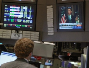 Na bolsa de valores de Nova York (EUA), homem acompanha discurso de Obama sobre mercados financeiros