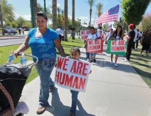 Protestos em Phoenix contestam nova lei do Arizona (EUA) que criminaliza imigrantes ilegais. A exemplo dos EUA, a Suíça também quer apertar o cerco contra a imigração ilegal no país, através do casamento