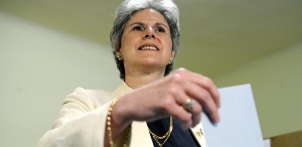 Candidata presidencial da ultradireita Barbara Rosenkranz deposita seu voto na urna de um colégio eleitoral na Áustria