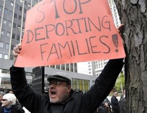 Ativistas do Arizona protestam contra a nova lei estadual que transforma em crime a imigração sem documentos, promulgada na última sexta-feira (23)