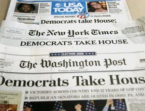 Capas de jornais norte-americanos abordando a vitória do partido Democrata nas eleições legislativas do país