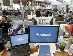 Funcionários do Facebook trabalham na sede da companhia, em Palo Alto, na Califórnia (EUA)