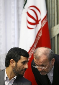 O presidente iraniano Mahmoud Ahmadinejad (à esquerda), fala com seu chanceler, Manouchehr Mottaki, em entrevista coletiva