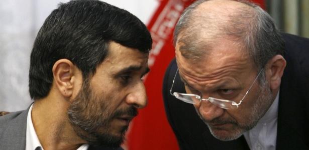 O presidente iraniano Mahmoud Ahmadinejad (à esquerda), fala com seu chanceler, Manouchehr Mottaki, em entrevista coletiva em Teerã
