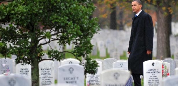 O presidente norte-americano, Barack Obama, visita o cemitério nacional de Arlington (EUA). A área contém os túmulos de soldados mortos no Iraque e no Afeganistão