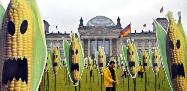 Em protesto contra transgênicos, ativista do Greenpeace caminha por campo em que foram fincadas 200 estacas com cartazes que imitam espigas de milho com máscaras de Halloween, em Berlim