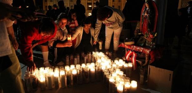 Manifestantes do Arizona (EUA) acendem vela durante protesto contra a lei de repressão à imigração aprovada no Estado