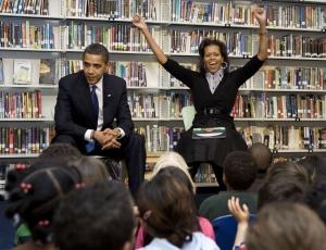 O presidente norte-americano Barack Obama e sua esposa Michelle falam com estudantes em escola de Washington (EUA)