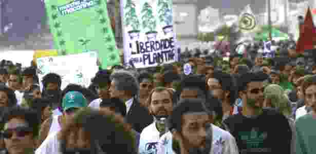 Centenas de pessoas participam da marcha da maconha em prol da legalização da droga - Sérgio Pampolha/UOL