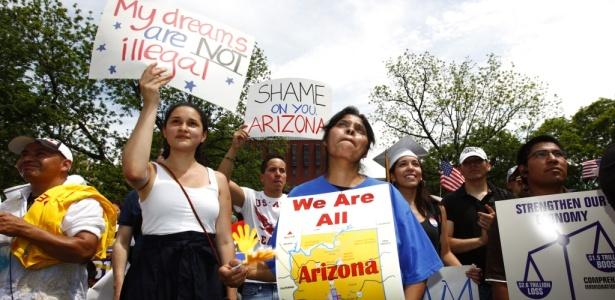"""Manifestantes se reúnem em Washington (EUA) com placas nas quais se lê """"meus sonhos não são ilegais"""" e """"nós todos somos Arizona"""". Ativistas do Arizona protestam contra a nova lei estadual que transforma em crime a imigração sem documentos, promulgada em 23 de abril"""