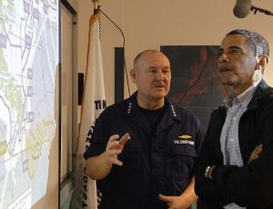 Barack Obama, presidente dos Estados Unidos, é informado pelo comando da guarda costeira norte-americana em Venice, na Louisiana, sobre a mancha de óleo derramada no Golfo do México