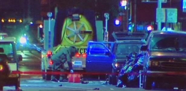 Policial examina carro-bomba abandonado na Times Square, em Nova York (EUA)