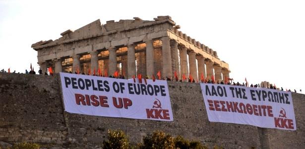 Cerca de 200 militantes comunistas ocuparam na manhã desta terça-feira (04) a Acrópole de Atenas para protestar contra o plano de austeridade imposto à Grécia