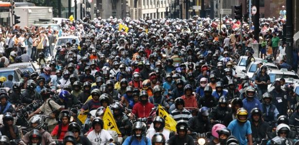 Imagem de janeiro de 2008 mostra motoboys reunidos no centro de SP durante manifestação
