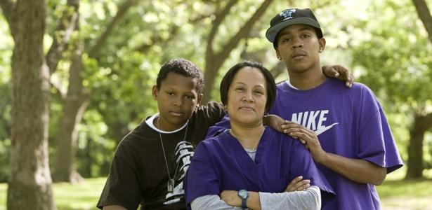 Teri Jackson, ao lado dos filhos. Ela é umas das mulheres que participaram em missões militares no Iraque e agora precisa lutar para recuperar a normalidade da vida e seu papel como mãe