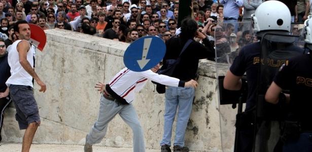 Grevistas gregos atiram placas de sinalização contra policiais