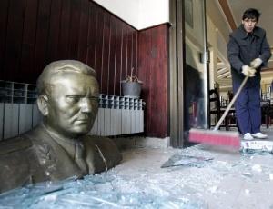 Homem limpa os restos de vidro no restaurante Tito, decorado com um busto do falecido ditador iugoslavo Josip Broz Tito, na auto-estrada E-75, perto da cidade de Paracin, a 120 quilômetros ao sul de Belgrado