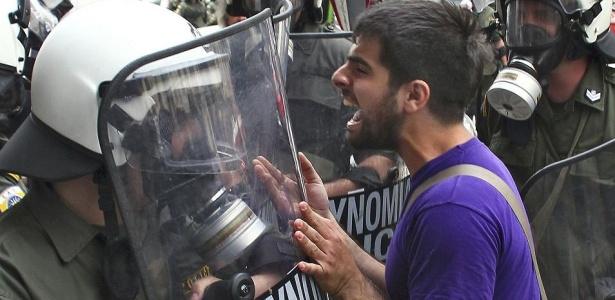 Manifestante enfrenta a polícia nas ruas de Atenas, na Grécia, na tentativa de pressionar o governo contra o pacote de austeridade imposto pelo Fundo Monetário Internacional (FMI) e pela União Europeia