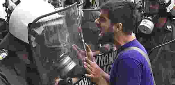 Manifestante enfrenta a polícia nas ruas de Atenas, na Grécia, na tentativa de pressionar o governo contra o pacote de austeridade imposto pelo Fundo Monetário Internacional (FMI) e pela União Europeia - Siamidis Grigoris /Reuters