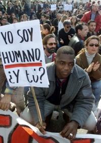 Milhares protestam em Madri e outras cidades espanholas contra a adoção de novas leis sobre a deportação imediata de imigrantes clandestinos na Espanha