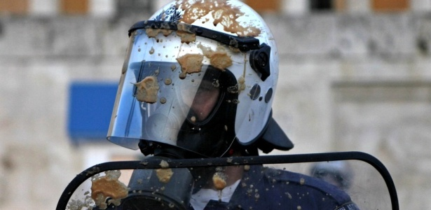 Policial é antigido por café congelado durante protesto diante do Parlamento grego, em Atenas