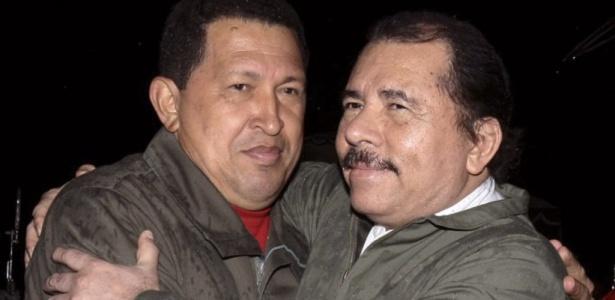 Os presidentes Hugo Chávez (esq.), da Venezulela, e Daniel Ortega, da Nicarágua, se abraçam durante encontro em Manágua, em junho de 2009