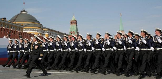 Soldados marcham em Moscou na comemoração pelos 65 anos da vitória sobre a Alemanha