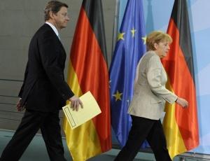 A chanceler alemã, Angela Merkel, e o ministro das Relações Exteriores do país, Guido Westerwelle, chegam conferência de imprensa conjunta na sede do governo, em Berlim