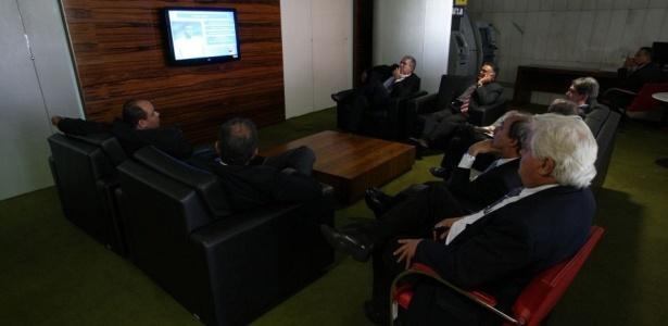 Parlamentares e funcionários do Congresso deram uma pausa no expediente desta terça-feira (11) para assistir o anúncio dos 23 convocados que vão para a Copa da África do Sul