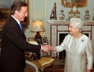 Rainha Elizabeth cumprimenta o líder do Partido Conservador, David Cameron, convidado por ela <br>para montar o próximo governo do Reino Unido
