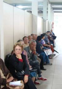 Idosos aguardam fila para tirar cartão para transporte coletivo de Belo Horizonte