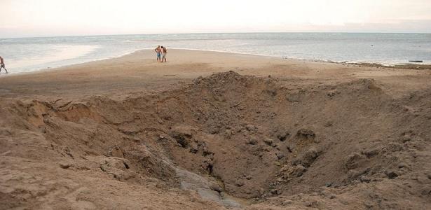 Buraco com 10 m de diâmetro foi aberto na areia no local escolhido para explodir a mina