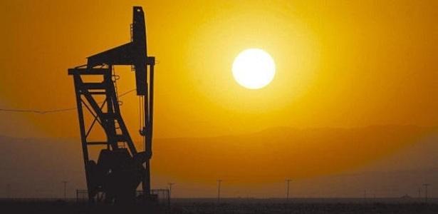 Imagem da extração de gás e petróleo em um campo da Califórnia (EUA)