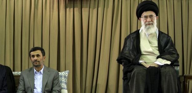 O presidente Mahmoud Ahmadinejad e o líder-supremo Ali Khamenei defendem a continuidade das pesquisas em busca de energia atômica e negam que elas tenham fins militares