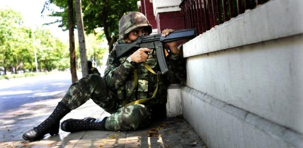 Militar tailandês do lado de fora do Lumpini Park, na região central de Bancoc, observa manifestantes