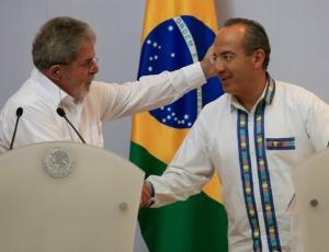 O presidente brasileiro Luiz Inácio Lula da Silva cumprimenta o presidente mexicano Felipe Calderón durante entrevista coletiva em Cancun