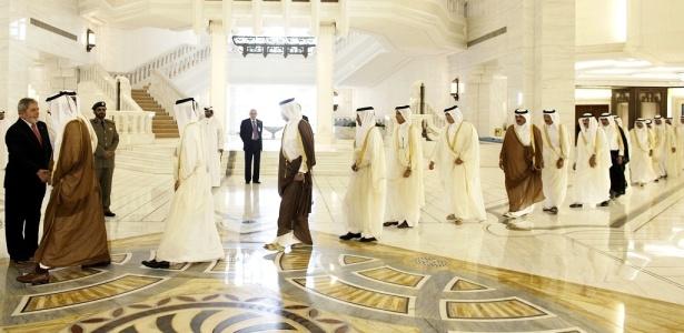 Presidente Lula (esq.) participa de cerimônia oficial no palácio Amiri Diwan, ao chegar em Doha