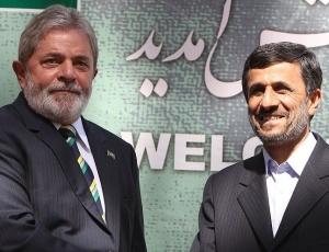 Lula cumprimenta o presidente iraniano Mahmoud Ahmadinejad, em Teerã, capital do Irã