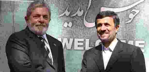 Luiz Inácio Lula da Silva cumprimenta o presidente iraniano Mahmoud Ahmadinejad, em Teerã - Atta Kenare/AFP