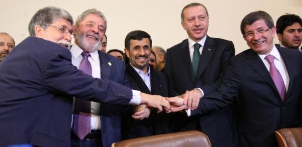 A partir da esquerda: o ministro das Relações Exteriores, Celso Amorim, o presidente Lula, o presidente iraniano Mahmoud Ahmadinejad, o primeiro-ministro turco Recep Tayyip Erdogan e o ministro das Relações Exteriores turco, Ahmet Davutoglu, comemoram o acordo nuclear assinado nesta segunda-feira (17) em Teerã