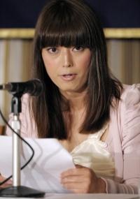 Rina Bovrisse, ex-empregada da Prada no Japão, acusa a companhia de assédio sexual, discriminação e demissão abusiva