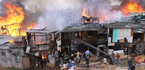 Fogo consome barracos da favela Naval, em Diadema (SP); veja mais fotos