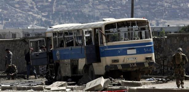 Ônibus público é destruído por atentado suicida em Cabul, no Afeganistão
