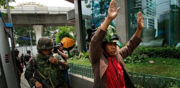 Soldados do exército prendem manifestante camisa vermelha em Bancoc; <b>veja mais fotos</b>