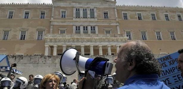 Milhares de grevistas gregos protestaram contra as medidas exigidas pela UE e pelo FMI