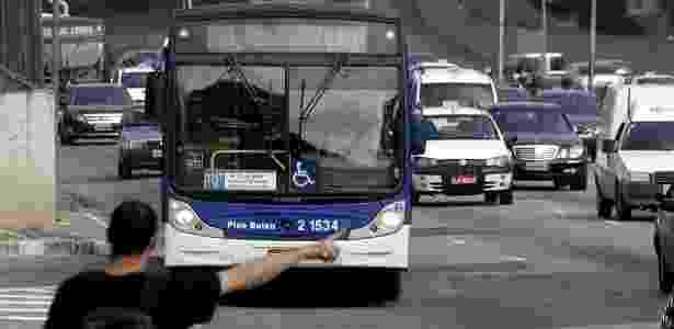 Sol dificulta visualização do itinerário de ônibus, em São Paulo; <strong>veja mais fotos</strong> - Edu Garcia/UOL