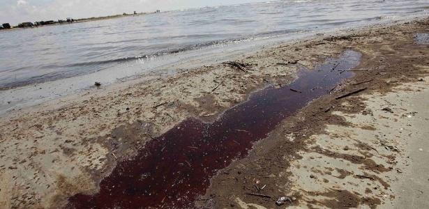 A mancha de óleo atingiu diversas áreas mais internas da costa da Louisiana. O governo americano informou que pequenas porções da mancha negra de petróleo que avança pelo golfo do México penetraram na principal corrente marinha da região