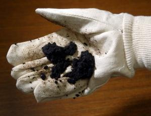 Funcionário da empresa Suncor com amostra de óleo extraído das areias do Canadá. Extração não-convencional produz óleo de solo arenoso
